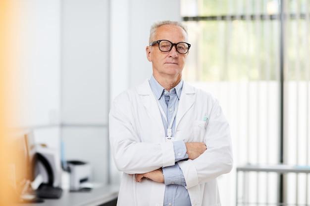 Médecin principal posant en clinique