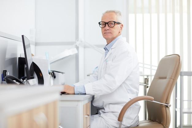Médecin principal posant sur le lieu de travail