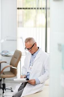 Médecin principal remplissant le formulaire