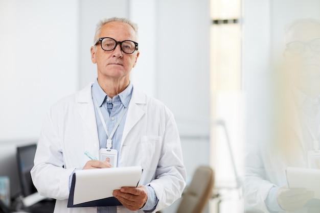 Médecin principal tenant le presse-papiers