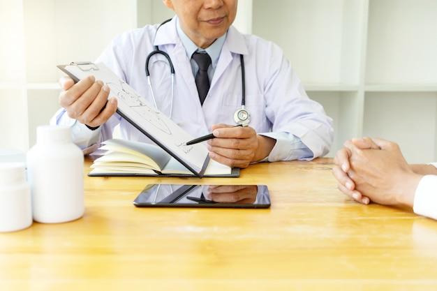 Médecin professionnel assis à la table