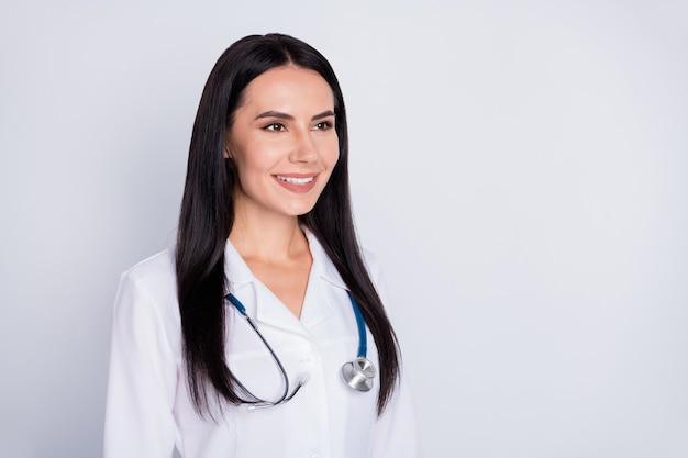 Médecin professionnel fille regarder ailleurs sur fond gris espace vide