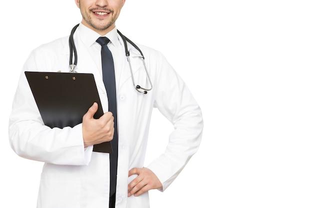 Médecin professionnel. photo recadrée d'un beau médecin vérifiant les résultats médicaux sur son presse-papiers souriant joyeusement copyspace sur le côté