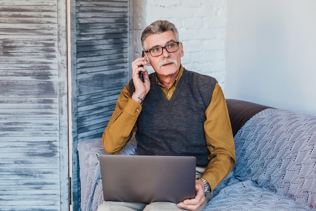 Médecin professionnel de la santé utilisant un ordinateur portable pour consulter son patient en ligne