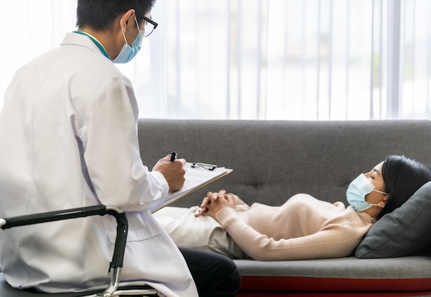 Médecin psychothérapeute travaillant avec patience