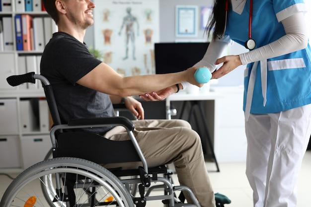 Médecin qualifié femme en milieu hospitalier