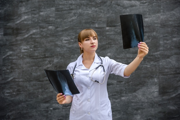 Médecin avec radiographie