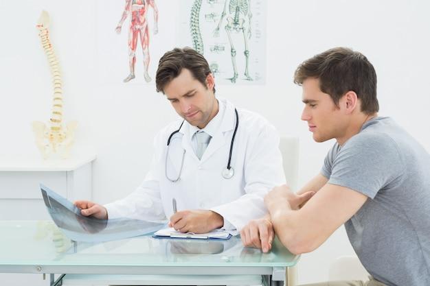 Un médecin rédige des rapports en plus du patient