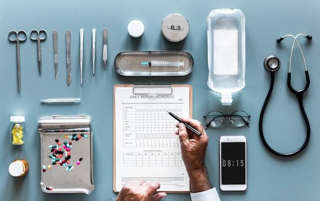 Médecin rédigeant l'exmaination du rapport quotidien du patient