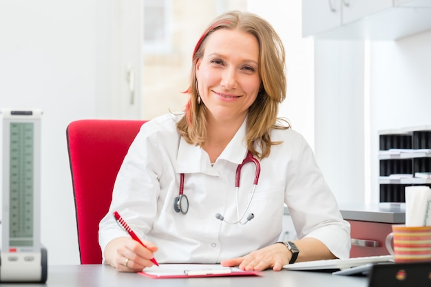 Médecin rédigeant une ordonnance médicale en chirurgie
