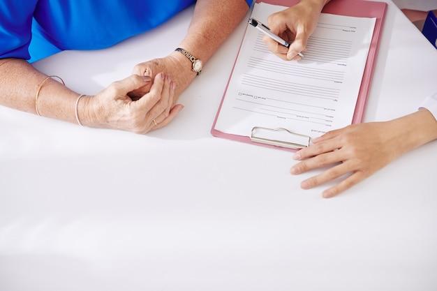 Médecin remplissant les antécédents médicaux