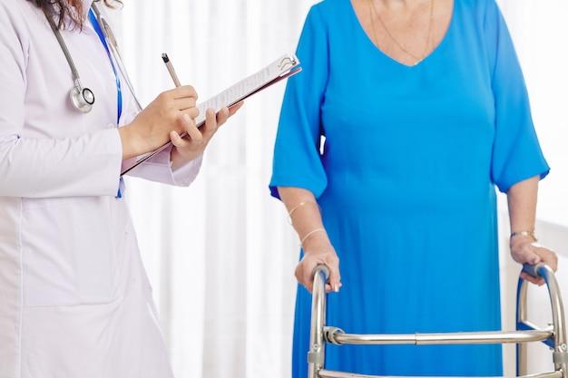 Médecin remplissant un document médical