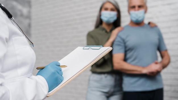 Médecin remplissant le formulaire médical