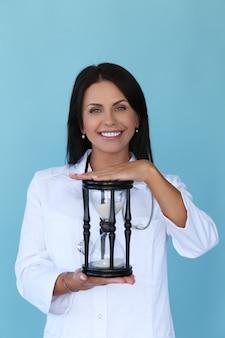 Médecin avec robe blanche et stéthoscope