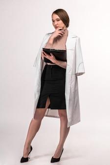 Le médecin en robe de chambre écrit le témoignage du patient dans des documents