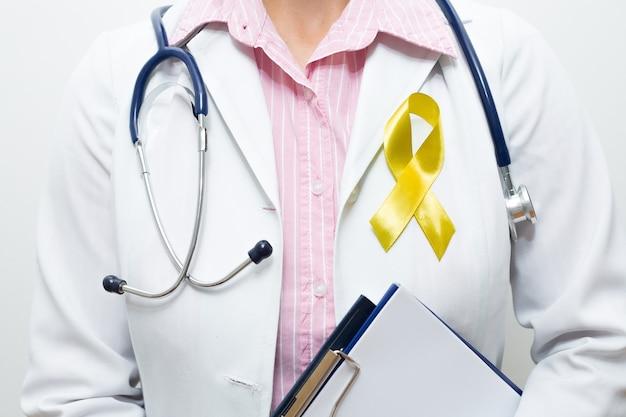 Médecin avec un ruban jaune symbolique sur sa poitrine.