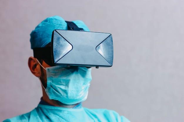 Médecin scientifique avec des lunettes de réalité augmentée 3d vr