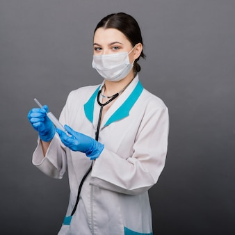 Médecin scientifique avec une seringue analysant le virus sars-cov-2 dans la recherche d'un vaccin prêt pour l'essai clinique.
