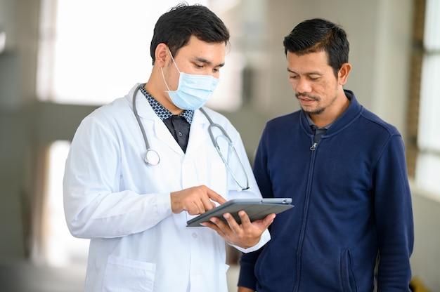Médecin se préparant à examiner le patient
