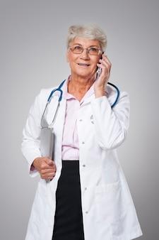Médecin senior utilisant de nouvelles technologies