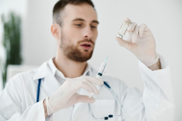 Médecin seringue gants médicaux et ampoule avec salle de laboratoire de vaccin.