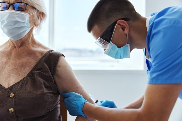 Médecin avec une seringue passeport covid coronavirus pandémique