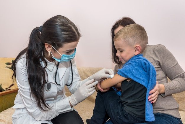 Médecin avec une seringue va faire une injection