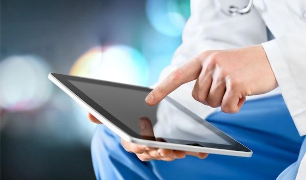 Médecin de sexe masculin à l'aide d'une tablette numérique, gros plan sur les mains
