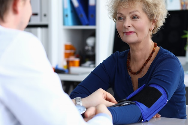 Médecin de sexe masculin avec bilan de diagnostic de cardiologie tonomètre