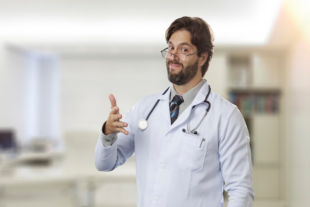 Médecin de sexe masculin dans son bureau signalant qu'il peut y avoir un problème.