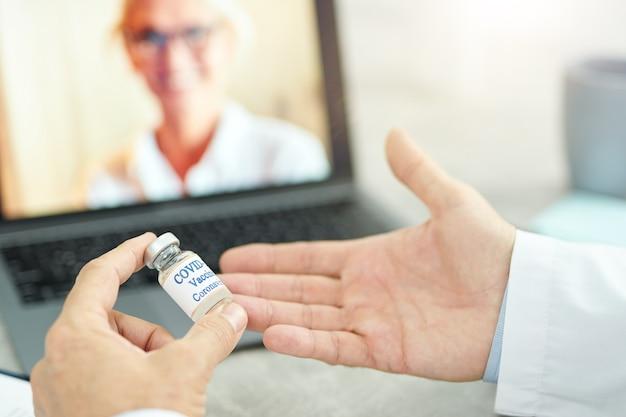 Un médecin de sexe masculin discute virtuellement du vaccin contre le coronavirus avec un collègue