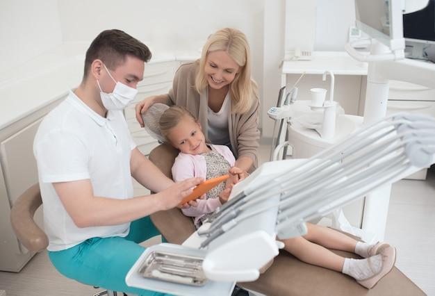 Un médecin de sexe masculin expliquant les résultats de la radiographie à la maman des enfants