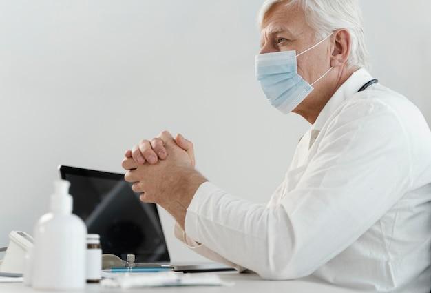 Médecin de sexe masculin, prescrire des médicaments au patient