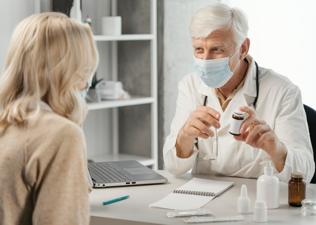 Médecin de sexe masculin, prescrire des pilules au patient
