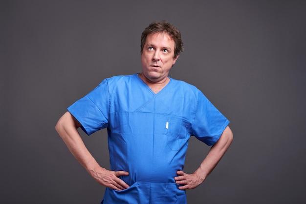 Un médecin de sexe masculin qui s'ennuie