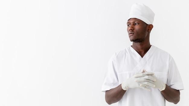 Médecin de sexe masculin à la recherche d'espace copie
