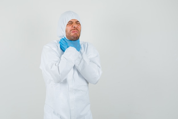 Médecin de sexe masculin souffrant de maux de gorge en tenue de protection