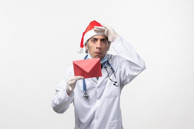 Médecin de sexe masculin tenant le virus de la santé enveloppe rouge