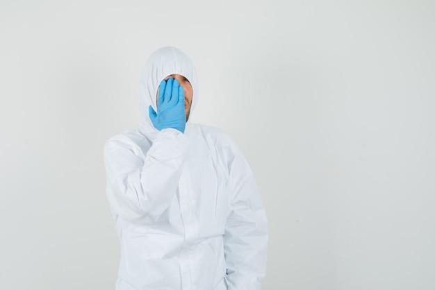 Médecin de sexe masculin en tenue de protection