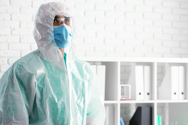 Médecin de sexe masculin en uniforme médical de protection en clinique, portrait