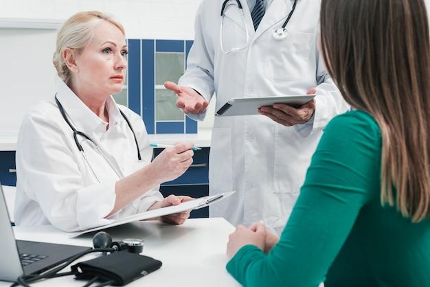 Médecin soignant un patient