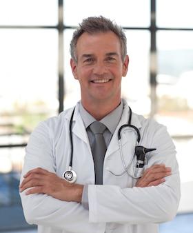 Médecin souriant avec les bras croisés
