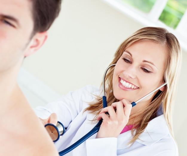 Un médecin souriant examine son patient