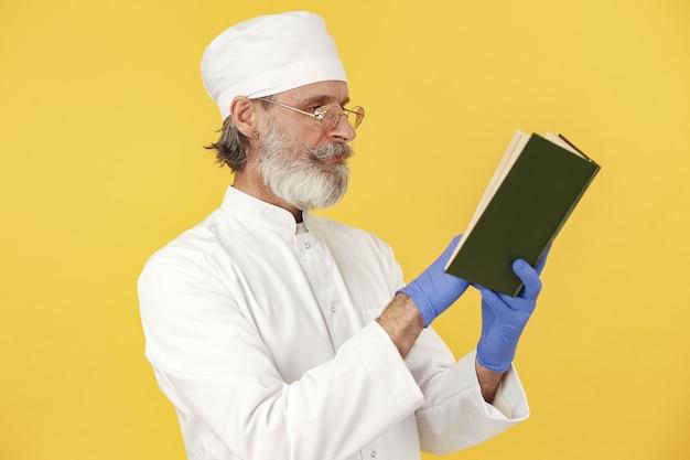 Médecin souriant avec ordinateur portable. isolé. homme dans des gants bleus.