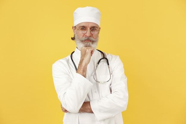 Médecin souriant avec stéthoscope. isolé.