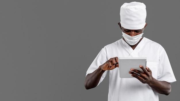 Médecin spécialiste masculin vue de face