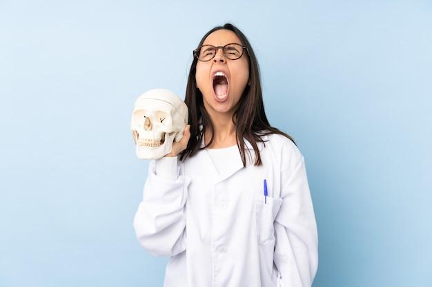 Médecin spécialiste de la police femme criant à l'avant avec la bouche grande ouverte