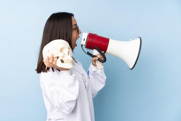 Médecin spécialiste de la police femme criant dans un mégaphone