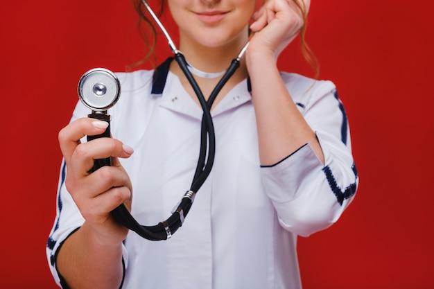 Médecin de succès intelligent travaillant avec un stéthoscope