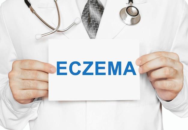 Médecin Tenant Une Carte Avec L'eczéma, Concept Médical Photo Premium